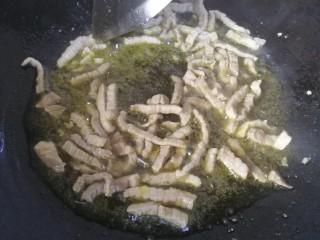 肉炒油麦菜, 炒熟的肉条。