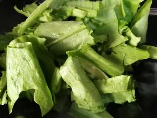 肉炒油麦菜,放入油麦菜,炒一会儿。翻几个个儿油麦菜就可炒熟。