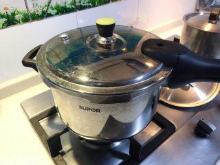 香嫩羊寸排,取出后摊凉冰箱中放置一天,或直接加入高压锅中,羊排下面铺胡萝卜或土豆等。