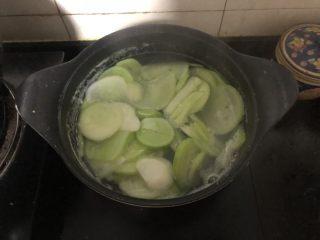 好吃到爆的杂粮萝卜肉包子,萝卜肉馅儿的制作方法。白萝卜切片倒入开水煮熟后捞出。