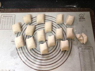 好吃到爆的杂粮萝卜肉包子,切成小段。