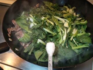 猪油腊肠菜饭,放三小勺糖煸炒一分钟。
