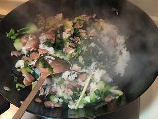 猪油腊肠菜饭,中大火煸炒两分钟,关火装盘