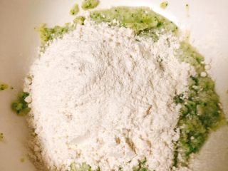 雪梨鸡胸肉粒粒面汤,和面粉搅拌在一起!