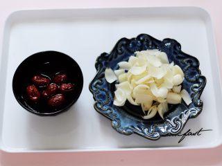 紫薯百合冰糖粥,红枣提前洗净后用清水浸泡半小时,新鲜百合去除杂质后洗净备用。