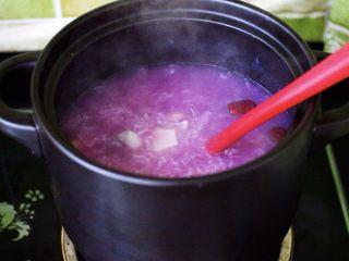 紫薯百合冰糖粥,继续用大火炖煮1分钟左右。
