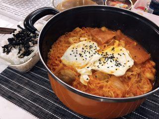 韩式部队锅,再配上米饭撒上拌饭海苔,完美~~(๑´ڡ`๑)