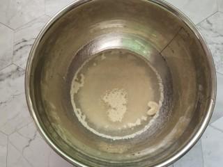 红豆卷,温水酵母一起放入碗中,让它自然化开