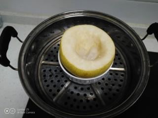 蒸冰糖雪梨,放入锅中。