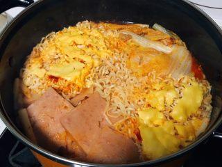 韩式部队锅,煮差不多熟了的时候,另起锅做两个荷包蛋。