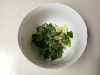 白嫩皮冻,碗中放入蒜泥,香菜,少许白胡椒粉