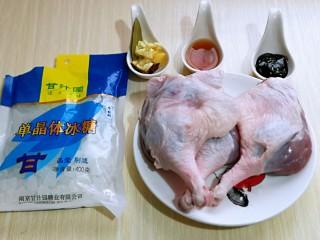 不加一滴老抽的酱香鸭腿,准备食材,首先将鸭腿儿温水洗干净。