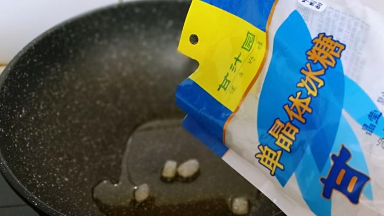 不加一滴老抽的酱香鸭腿,起油锅,加入冰糖小火融化。(记得小火呦) 冰糖具有润喉去燥、生津止渴的作用,还具有清心泻火、清热除烦,食用后可以使人感觉清爽舒适。