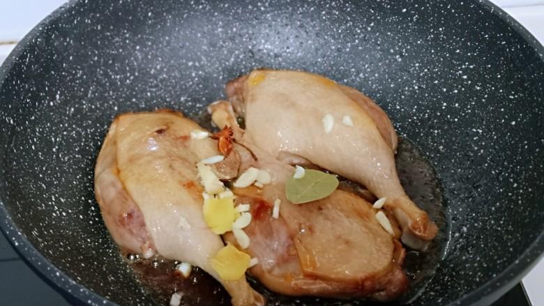 不加一滴老抽的酱香鸭腿,加入去皮切碎的姜蒜,八角,桂皮,香味,翻炒出香味。