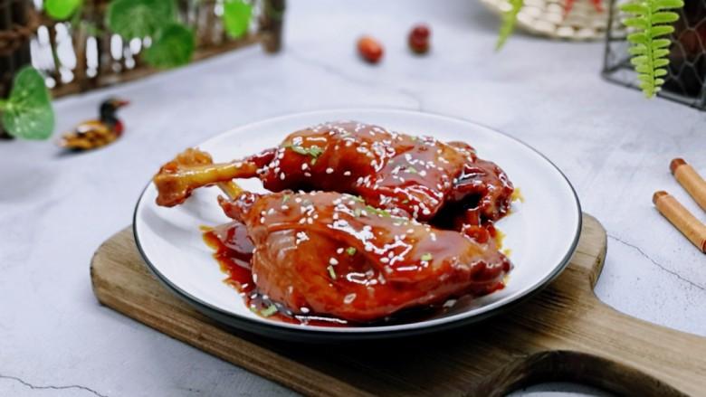 不加一滴老抽的酱香鸭腿,盛出装盘,撒上葱花,熟白芝麻。好吃到没朋友。