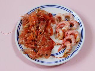 补钙补血的芹菜虾仁炒饭,把北极虾去皮后洗净备用。