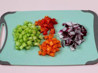 补钙补血的芹菜虾仁炒饭,把芹菜和胡萝卜,洋葱和红椒用刀切成小丁。