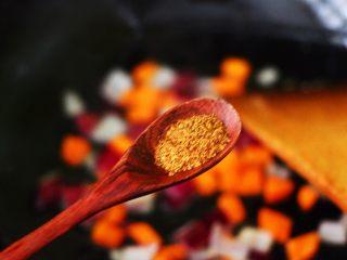 补钙补血的芹菜虾仁炒饭,这个时候加入花椒粉增加口感。