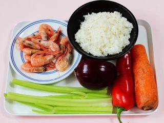 补钙补血的芹菜虾仁炒饭,备齐所有的食材,嘻嘻,鸡蛋忘记拍照了。(量可以增减,北极虾可以用其它虾代替)