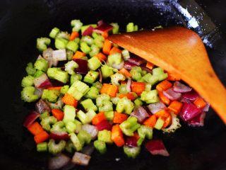 补钙补血的芹菜虾仁炒饭,加入芹菜后,继续用大火翻炒片刻。