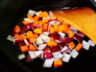 补钙补血的芹菜虾仁炒饭,看见胡萝卜丁变软的时候,加入洋葱爆香。