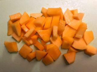 芒果酥,首先把芒果削掉外皮,把芒果肉切成小块。