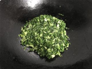腊肠绣花锦菜饭,7成热,放入切碎的绣花锦翻炒至变软加少许盐炒匀后即可熄火盛出。