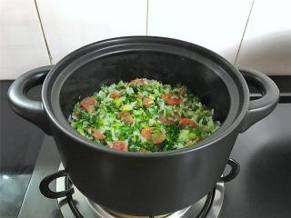 腊肠绣花锦菜饭,把炒好的绣花锦放入锅中和米饭翻拌均匀,再焖2分钟即可熄火。