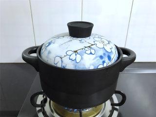 腊肠绣花锦菜饭,大火煮开后转中小火焖煮至水快收干。