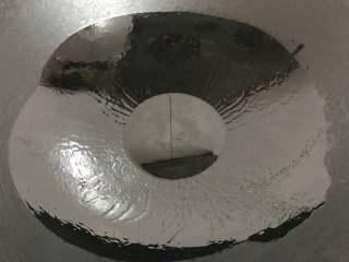 腊肠绣花锦菜饭,锅中倒入适量油。