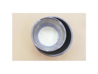 蓝莓夹心蛋挞,将淡奶油、纯牛奶、炼乳、细砂糖混合,隔热水搅拌至糖溶解。