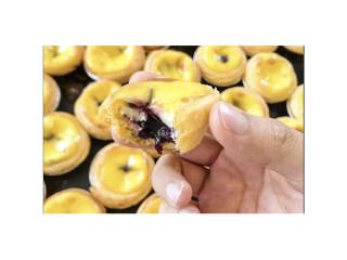 蓝莓夹心蛋挞,蛋挞是不能一口全吃的,先咬一口,滚烫得令嘴唇受惊,但舍不得吞,含在嘴里,暖热儿踏实,慢慢吃,蛋奶包裹着特制蓝莓果馅进行烘培,美味度up!up!up!