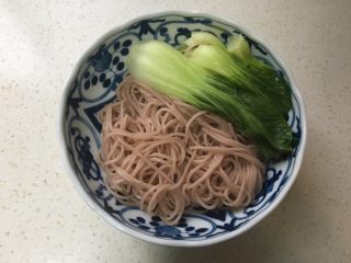酸汤肥牛米线,煮好后捞出青菜放碗中。