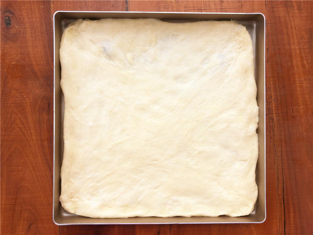 香葱肉松面包卷,放到28*28的不粘烤盘里。</p> <p>