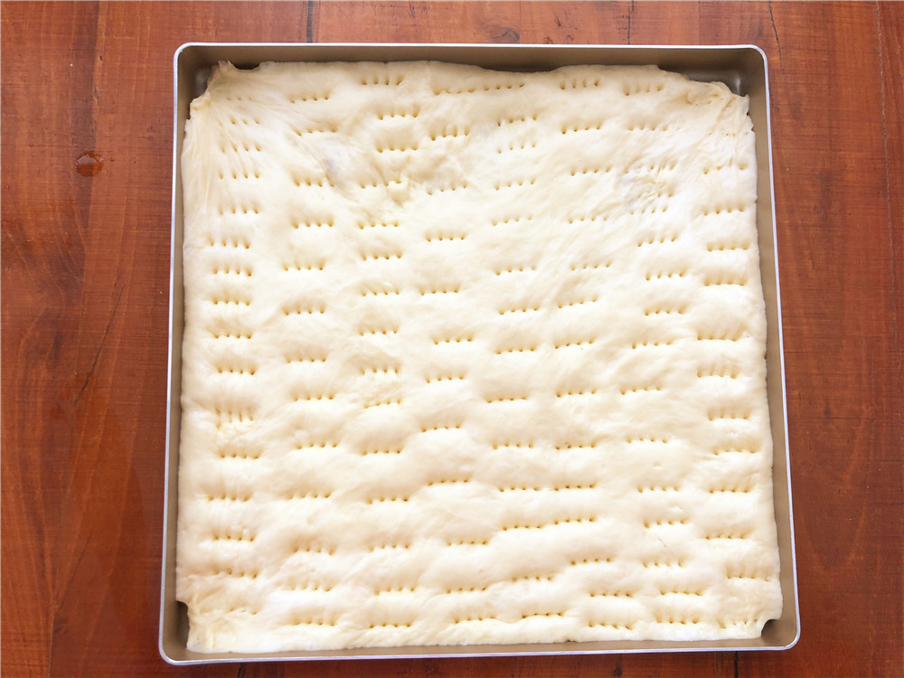 香葱肉松面包卷,预热烤箱的同时,用叉子在二发好的面包胚上扎满小孔,这样烤的时候不至于会中间变得鼓鼓囊囊。</p> <p>