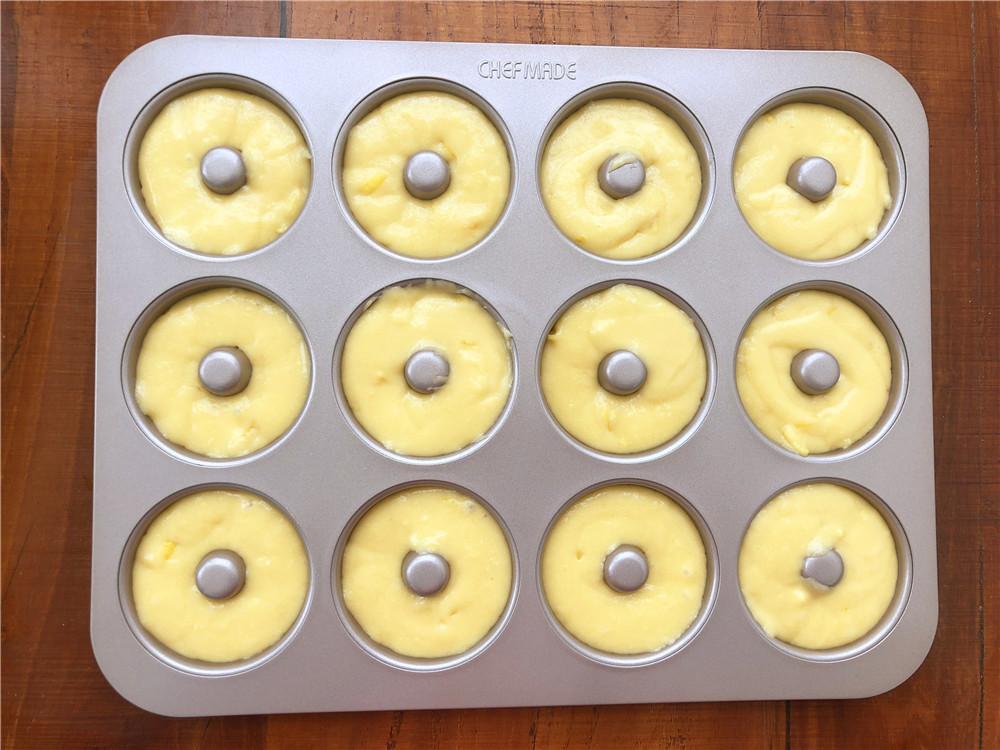 柠檬玛德琳甜甜圈,把面糊挤到模具里,稍微震一下。</p> <p>