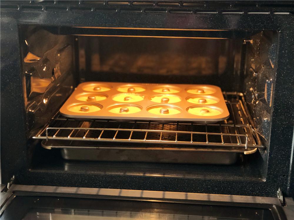 柠檬玛德琳甜甜圈,把模具放到预热好的烤箱里。</p> <p>