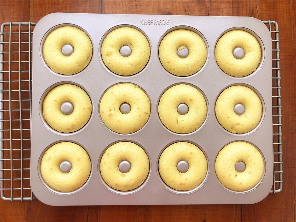 柠檬玛德琳甜甜圈,取出烤好的甜甜圈。</p> <p>