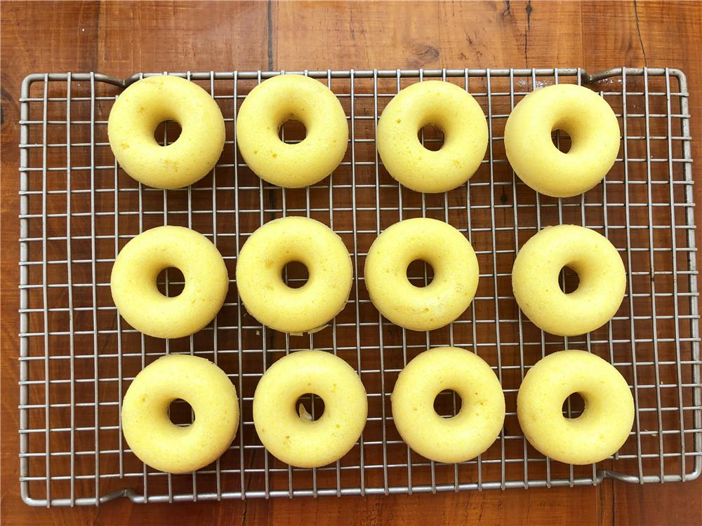 柠檬玛德琳甜甜圈,放在晾网上晾一下即可。</p> <p>
