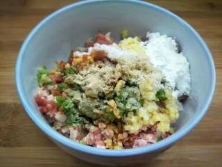 黄金馒头盒子,加入姜末葱花,少许盐,一勺淀粉,少许胡椒粉。