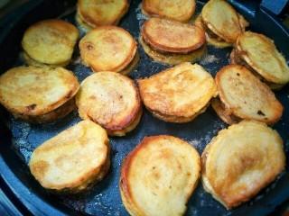 黄金馒头盒子,电饼铛刷少许油,油热后,把馒头片放入,煎至两面金黄即可。