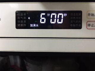 藤椒风味手撕鸡の饺子皮卷饼,擀好之后放入蒸箱,水箱放满水,蒸6分钟
