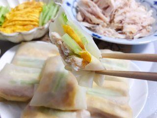 藤椒风味手撕鸡の饺子皮卷饼,可以开吃了,藤椒风味手撕鸡本身就是有味道的,个人觉得不需要再添加佐料,不过蘸点甜面酱也很好吃的哦