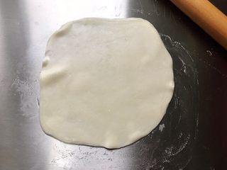 藤椒风味手撕鸡の饺子皮卷饼,一张饺子皮抹一点食用油,然后叠上一张饺子皮再抹一点食用油,以五张为一组,然后擀成薄饼