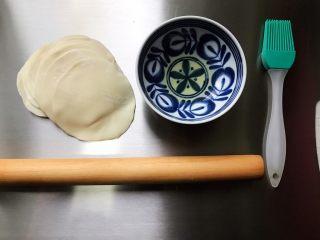 藤椒风味手撕鸡の饺子皮卷饼,准备好饺子皮和一点食用油
