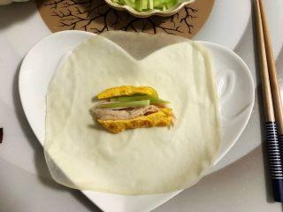 藤椒风味手撕鸡の饺子皮卷饼,饺子皮上放上鸡丝黄瓜和蛋皮