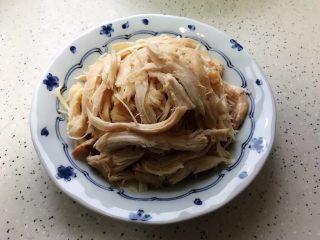 藤椒风味手撕鸡の饺子皮卷饼,鸡肉撕成粗丝