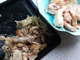藤椒风味手撕鸡の饺子皮卷饼,这期间我们来把鸡肉和鸡骨分离,鸡骨可以加点青菜做成汤,之前已经发过菜谱,喜欢的宝宝们可以去找一下