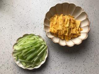 藤椒风味手撕鸡の饺子皮卷饼,这期间我们把黄瓜去皮洗净切成丝,鸡蛋摊成蛋皮并切成丝