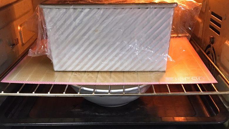 奶油吐司,送入烤箱两次发酵,方法同上也是60分钟。